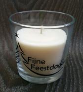 """Witte geur kaars (vanille) met de tekst """"Fijne feestdagen"""""""
