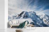 Fotobehang vinyl - Besneeuwde Mont Blanc met mooie lucht breedte 450 cm x hoogte 300 cm - Foto print op behang (in 7 formaten beschikbaar)