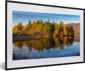 Foto in lijst - Reflectie van bomen in het Nationaal park Cairngorms in Schotland fotolijst zwart met witte passe-partout 60x40 cm - Poster in lijst (Wanddecoratie woonkamer / slaapkamer)