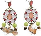 Goud metalen steek oorbellen met witte en roze steentjes erop.