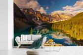 Fotobehang vinyl - Zonsopkomst in het Nationaal park Banff in Noord-Amerika breedte 525 cm x hoogte 350 cm - Foto print op behang (in 7 formaten beschikbaar)