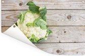 Een bloemkool op een houten tafel Tuinposter 90x60 cm - Tuindoek / Buitencanvas / Schilderijen voor buiten (tuin decoratie)