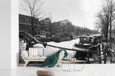Fotobehang vinyl - De bevroren Prinsengracht in de winter breedte 450 cm x hoogte 300 cm - Foto print op behang (in 7 formaten beschikbaar)