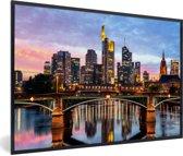Foto in lijst - Skyline van Frankfurt am Main in Duitsland tijdens avondschemering fotolijst zwart 60x40 cm - Poster in lijst (Wanddecoratie woonkamer / slaapkamer)