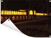 De Khaju bridge in het Aziatische Isfahar bij nacht met gele bogen Tuinposter 80x60 cm - Tuindoek / Buitencanvas / Schilderijen voor buiten (tuin decoratie)