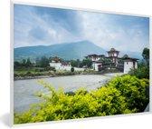 Foto in lijst - Het Punakha Dzong klooster en de Mo Chhu rivier in Bhutan fotolijst wit 60x40 cm - Poster in lijst (Wanddecoratie woonkamer / slaapkamer)