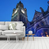 Fotobehang vinyl - Het Stadhuis van Manchester tijdens de nacht met een blauwe hemel breedte 480 cm x hoogte 360 cm - Foto print op behang (in 7 formaten beschikbaar)