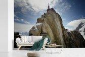 Fotobehang vinyl - De Aiguille du Midi op een zonnige dag breedte 450 cm x hoogte 300 cm - Foto print op behang (in 7 formaten beschikbaar)