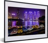 Foto in lijst - Bootjes voor de paarse gebouwen voor Wuhan fotolijst zwart met witte passe-partout klein 40x30 cm - Poster in lijst (Wanddecoratie woonkamer / slaapkamer)