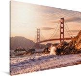Golden Gate Bridge met wilde golven die op de rotsen klappen in San Francisco Canvas 140x90 cm - Foto print op Canvas schilderij (Wanddecoratie woonkamer / slaapkamer) / Amerikaanse steden Canvas Schilderijen