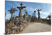 Grote en kleine kruizen op de Kruisheuvel in Litouwen Aluminium 90x60 cm - Foto print op Aluminium (metaal wanddecoratie)