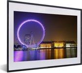 Foto in lijst - Paars gekleurde London Eye in Engeland fotolijst zwart met witte passe-partout klein 40x30 cm - Poster in lijst (Wanddecoratie woonkamer / slaapkamer)
