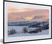 Foto in lijst - Het winterlandschap van het Nationaal park Abisko in Zweden fotolijst zwart met witte passe-partout 60x40 cm - Poster in lijst (Wanddecoratie woonkamer / slaapkamer)