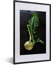 Foto in lijst - Verse koolrabi op een donkere achtergrond fotolijst zwart met witte passe-partout 40x60 cm - Poster in lijst (Wanddecoratie woonkamer / slaapkamer)