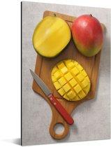 Gesneden mango op een snijplank Aluminium 60x90 cm - Foto print op Aluminium (metaal wanddecoratie)