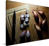 Sjalotten op een houten tafel Canvas 60x40 cm - Foto print op Canvas schilderij (Wanddecoratie woonkamer / slaapkamer)