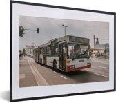 Foto in lijst - Een morderne Duitse stadsbus fotolijst zwart met witte passe-partout klein 40x30 cm - Poster in lijst (Wanddecoratie woonkamer / slaapkamer)