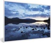 Foto in lijst - Lucht reflecteert in de wateren van het Nationaal park Cairngorms fotolijst wit 60x40 cm - Poster in lijst (Wanddecoratie woonkamer / slaapkamer)