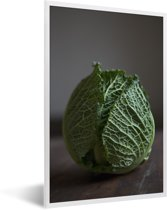 Foto in lijst - Welgevormde savooiekool op een houten tafel fotolijst wit 40x60 cm - Poster in lijst (Wanddecoratie woonkamer / slaapkamer)