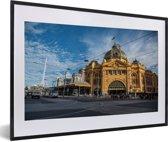 Foto in lijst - Het spoorwegknooppunt van Melbourne in Australië fotolijst zwart met witte passe-partout 60x40 cm - Poster in lijst (Wanddecoratie woonkamer / slaapkamer)