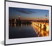 Foto in lijst - Bordeaux met verlichting van de brug in de avond in Frankrijk fotolijst zwart met witte passe-partout klein 40x30 cm - Poster in lijst (Wanddecoratie woonkamer / slaapkamer)