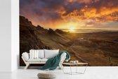 Zonsondergang achter de bergen op het eiland Skye in Schotland fotobehang vinyl breedte 360 cm x hoogte 240 cm - Foto print op behang (in 7 formaten beschikbaar)