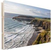 De kustlijn bij het Nationaal Park Pembrokeshire Coast in Wales Vurenhout met planken 120x80 cm - Foto print op Hout (Wanddecoratie)