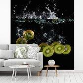 Fotobehang vinyl - Kiwi doorbreken wateroppervlakte breedte 350 cm x hoogte 380 cm - Foto print op behang (in 7 formaten beschikbaar)