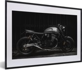 Foto in lijst - Zijaanzicht van een zwarte motor fotolijst zwart met witte passe-partout 60x40 cm - Poster in lijst (Wanddecoratie woonkamer / slaapkamer)