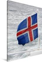 De vlag van IJsland op zee Canvas 40x60 cm - Foto print op Canvas schilderij (Wanddecoratie woonkamer / slaapkamer)