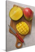 Gesneden mango op een snijplank Canvas 20x30 cm - klein - Foto print op Canvas schilderij (Wanddecoratie woonkamer / slaapkamer)