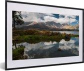 Foto in lijst - Reflectie van de lucht in het Segara-meer in het Nationaal Park Gunung Rinjani fotolijst zwart met witte passe-partout 60x40 cm - Poster in lijst (Wanddecoratie woonkamer / slaapkamer)