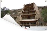Zijaanzicht van de prachtige tempel bij de Grotten van Mògāo in China Tuinposter 180x120 cm - Tuindoek / Buitencanvas / Schilderijen voor buiten (tuin decoratie) XXL / Groot formaat!