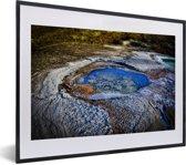 Foto in lijst - Waterzwembaden met zoutranden aan de kust van de Dode Zee in Azië fotolijst zwart met witte passe-partout klein 40x30 cm - Poster in lijst (Wanddecoratie woonkamer / slaapkamer)
