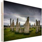 Donkere hemel boven de Schotse Calanais Standing Stones Vurenhout met planken 90x60 cm - Foto print op Hout (Wanddecoratie)
