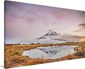 Lucht boven het Nationaal park Egmont op het Noordereiland Canvas 160x80 cm - Foto print op Canvas schilderij (Wanddecoratie woonkamer / slaapkamer)