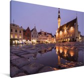 Een waterplas voor het stadhuis in het Stadshart van Tallinn Canvas 60x40 cm - Foto print op Canvas schilderij (Wanddecoratie woonkamer / slaapkamer)