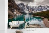Fotobehang vinyl - Moraine Lake in het Nationaal park Banff in Noord-Amerika breedte 525 cm x hoogte 350 cm - Foto print op behang (in 7 formaten beschikbaar)
