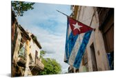 Cubaanse vlag die aan een huis hangt in Habana Vieja Aluminium 90x60 cm - Foto print op Aluminium (metaal wanddecoratie)