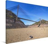 Een hangbrug gefotografeerd tijdens een zonnige middag Canvas 90x60 cm - Foto print op Canvas schilderij (Wanddecoratie woonkamer / slaapkamer)