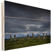 De Schotse Calanais Standing Stones met een donkere hemel Vurenhout met planken 120x80 cm - Foto print op Hout (Wanddecoratie)