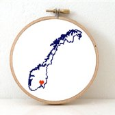 Norway borduurpatroon - geprint telpatroon om een kaart van Norwegen te borduren met een hart voor Oslo  - geschikt voor een beginner