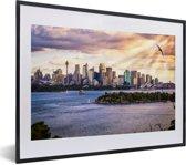 Foto in lijst - Zonnestralen schijnen op de Australische stad Sydney fotolijst zwart met witte passe-partout klein 40x30 cm - Poster in lijst (Wanddecoratie woonkamer / slaapkamer)