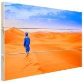 Een Berber loopt in de woestijn Hout 160x120 cm - Foto print op Hout (Wanddecoratie) XXL / Groot formaat!