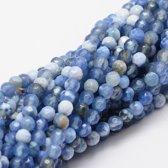 Natuurstenen kralen, korenblauw en wit agaat, ronde gefacetteerde kralen van 4mm. Verkocht per streng van ca. 36cm (ca. 91 kralen)