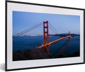 Foto in lijst - Golden Gate Bridge verlicht in de avond fotolijst zwart met witte passe-partout 60x40 cm - Poster in lijst (Wanddecoratie woonkamer / slaapkamer)