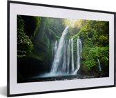 Foto in lijst - Waterval in de jungle van het Nationaal park Gunung Rinjani op Lombok fotolijst zwart met witte passe-partout 60x40 cm - Poster in lijst (Wanddecoratie woonkamer / slaapkamer)