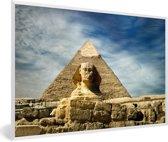 Foto in lijst - De Sfinx van Gizeh in Egypte met witte wolken fotolijst wit 60x40 cm - Poster in lijst (Wanddecoratie woonkamer / slaapkamer)