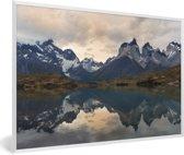 Foto in lijst - Weerspiegeling van het besneeuwde berglandschap in het meer Pehoe fotolijst wit 60x40 cm - Poster in lijst (Wanddecoratie woonkamer / slaapkamer)