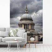Fotobehang vinyl - Symmetrische weergave van de St Paul's Cathedral breedte 220 cm x hoogte 300 cm - Foto print op behang (in 7 formaten beschikbaar)